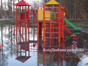 Rotaļlaukumā plūdi. Foto: Ērika Trauberga